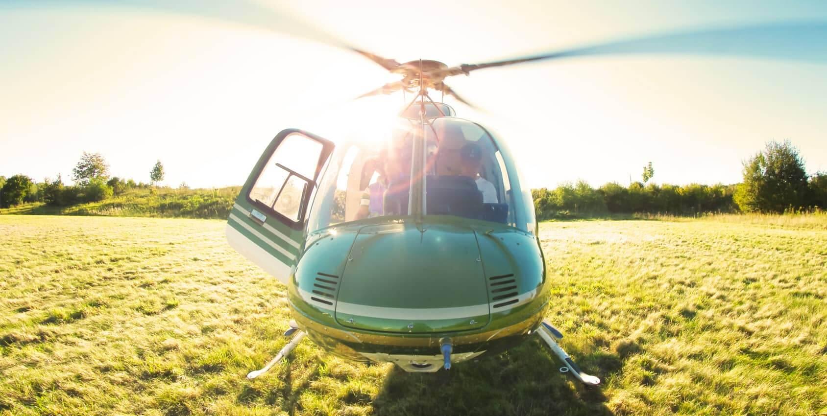 Décollage d'un hélicoptère depuis un champ
